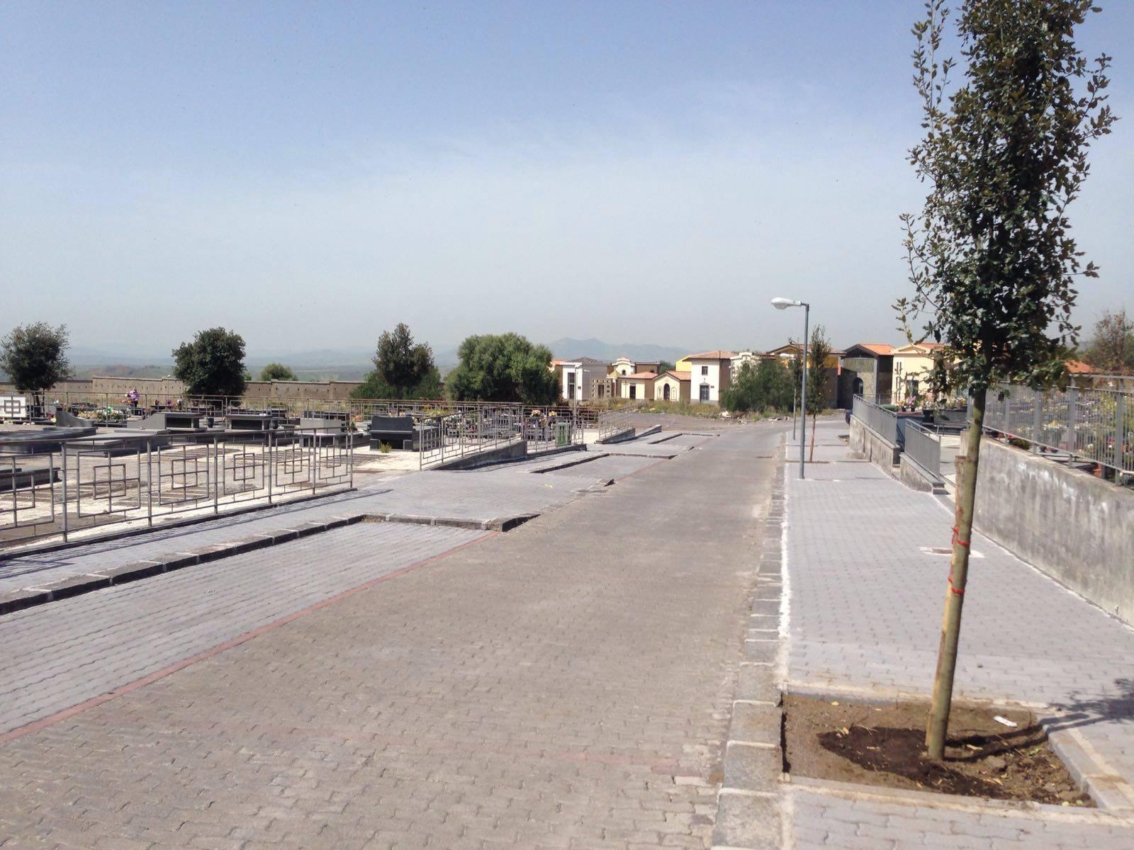 L'assenza dei bus navetta blocca le visite ai cimiteri