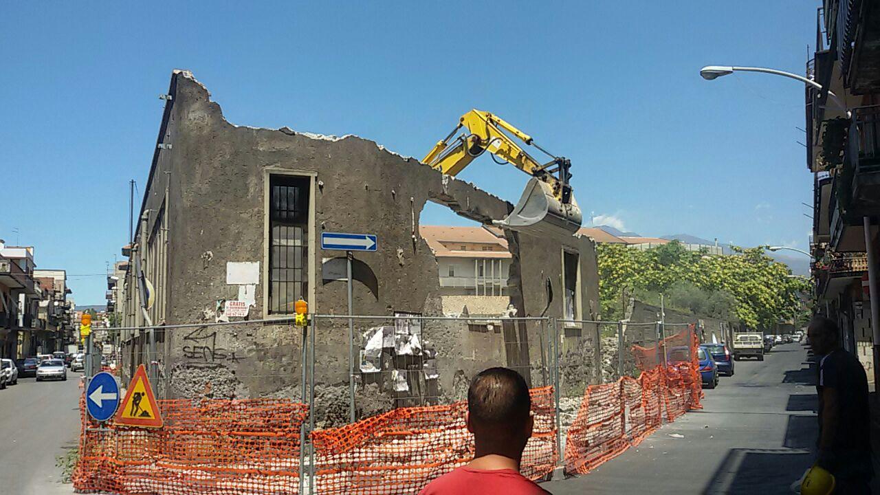 Palazzo ex Esa. Abbattuto il muro in via Canonico Renna