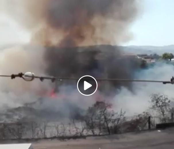 Grosso incendio a ridosso di via Nazario Sauro