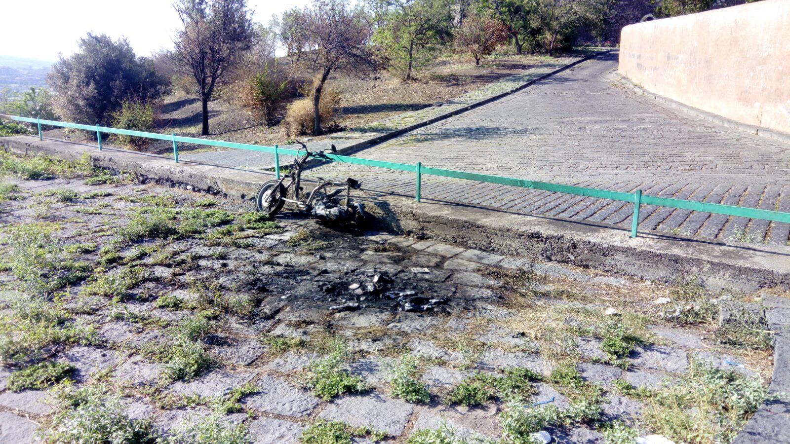 Scooter incendiato sulla Collina storica