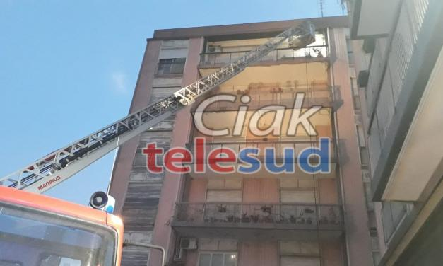 """Paternò. Appartamento in fiamme al """"palazzo di ferro"""""""
