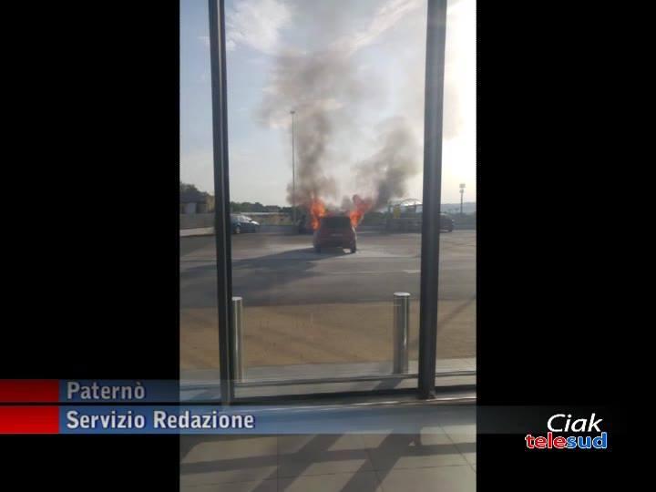 Fiat Panda in fiamme oggi pomeriggio, nel parcheggio della supermercato Eurospin di via Nazario Sauro, a Paternò.