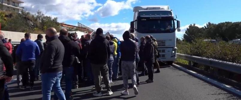 TANGENZIALE CATANIA: PROTESTA VENDITORI AMBULANTI, CODE E RALLENTAMENTI