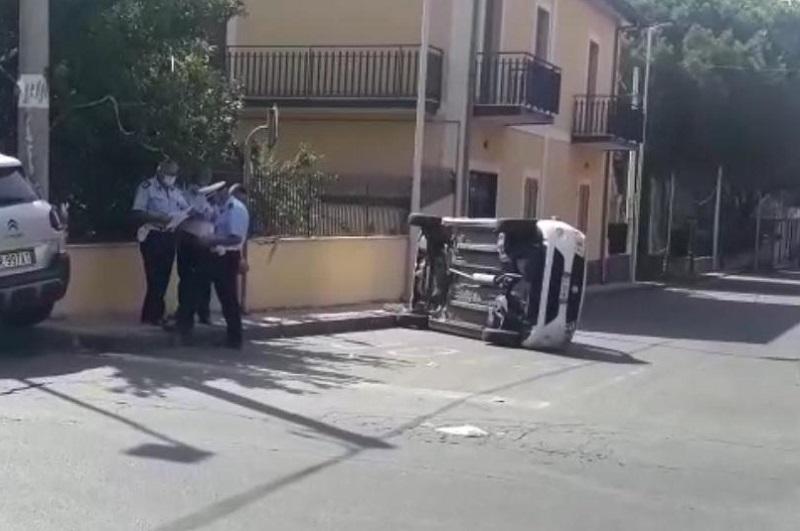 BELPASSO: INCIDENTE IN VIA GRAMSCI, AUTO SI RIBALTA, 3 FERITI